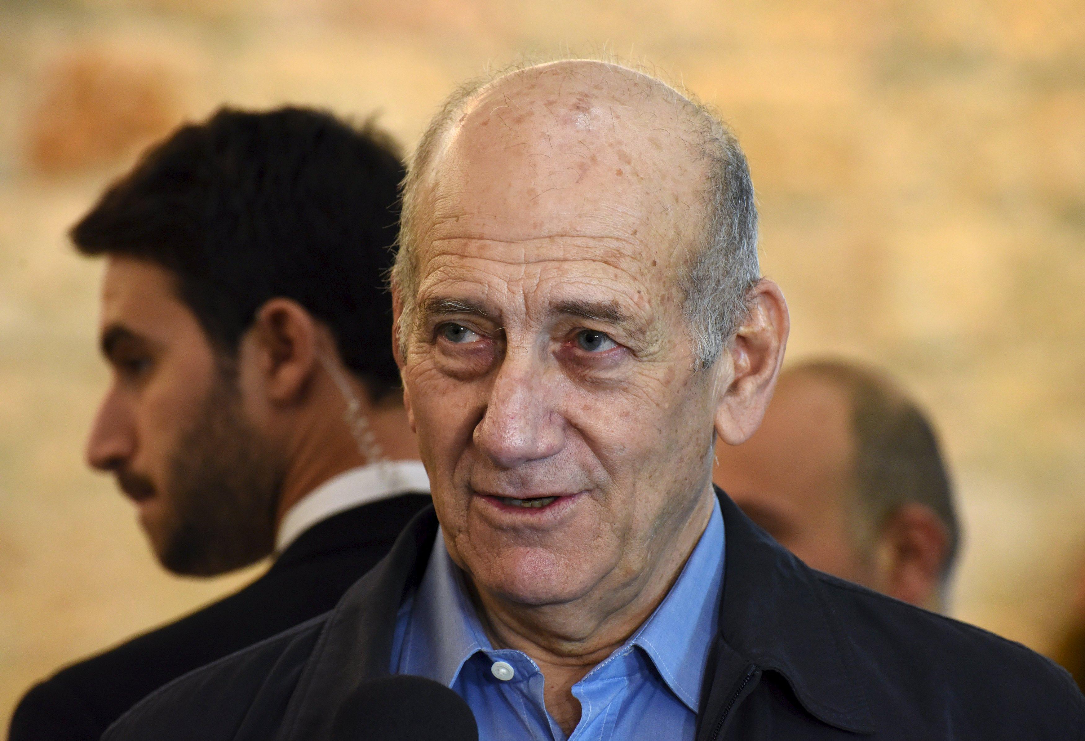Former Israeli Prime Minister Ehud Olmert speaks to the media after a hearing at the Supreme Court in Jerusalem December 29, 2015. Photo: Reuters