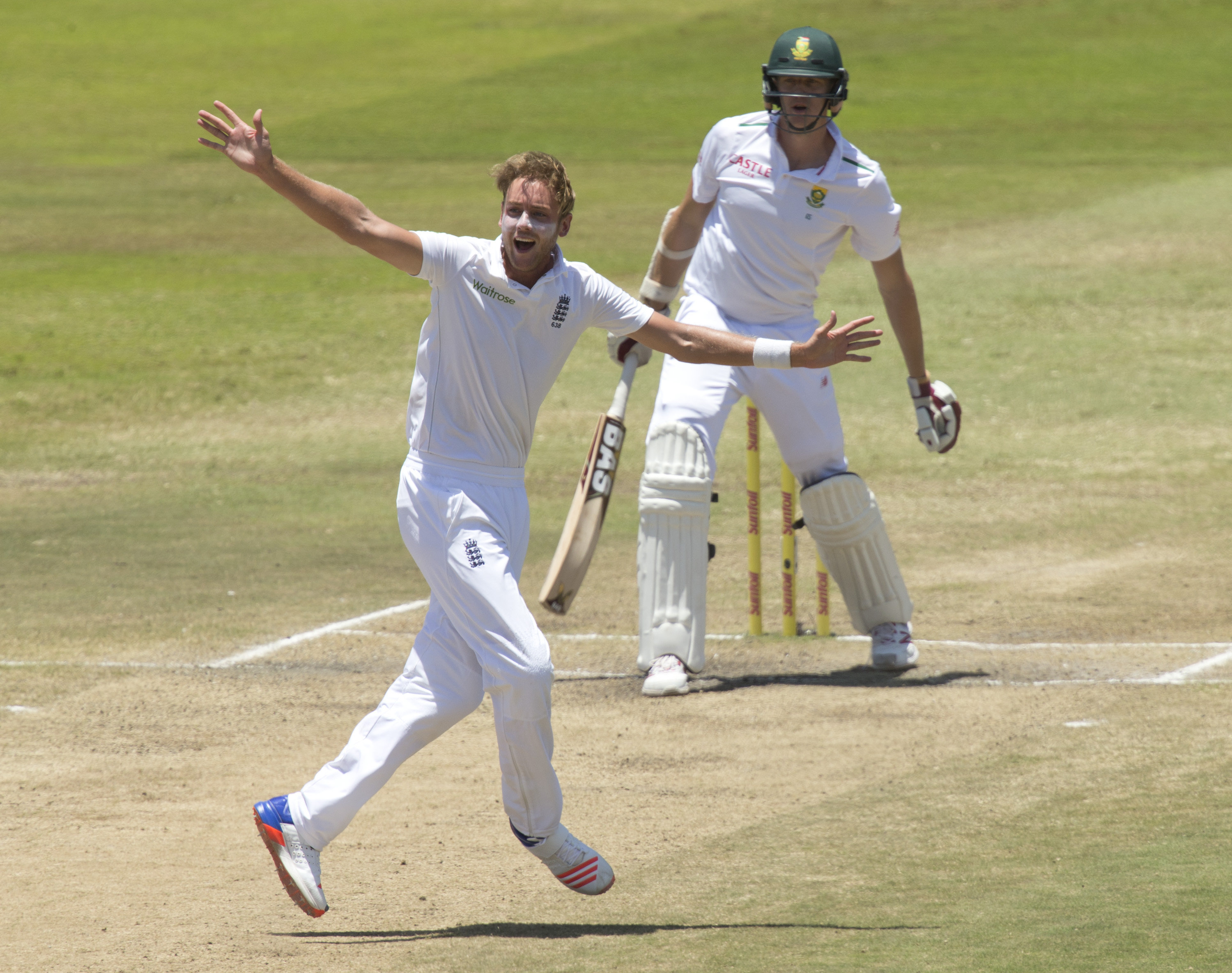 England's Stuart Broad appeals successfully for the wicket of South Africa's Morne Morkel during the first cricket test match in Durban, South Africa, December 30, 2015. Photo: Reuters