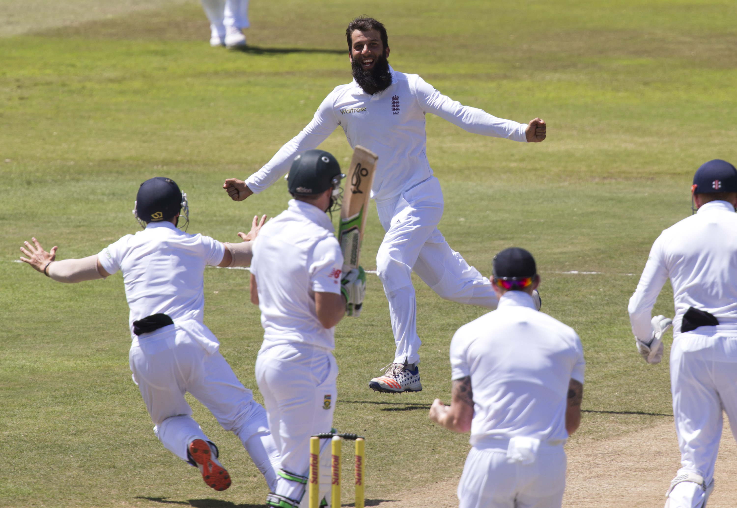 England's Moeen Ali (top) celebrates the wicket of South Africa's AB de Villiers during the first cricket test match in Durban, South Africa, December 30, 2015. Photo: Reuters