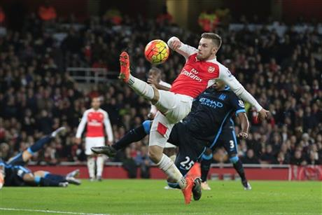 Arsenal's Aaron Ramsey, front, attempts to control the ball under pressure from Manchester City's Fernandinho, behind, during the English Premier League soccer match between Arsenal and Manchester City at the Emirates stadium in London, Monday, Dec. 21, 2015. Photo: AP