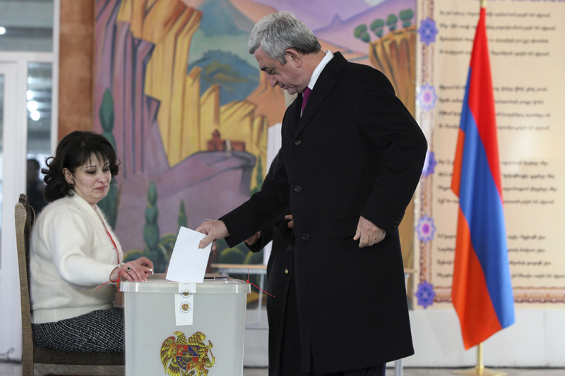 Armenia's President Serzh Sargsyan casts his ballot during a referendum on constitutional changes in Yerevan, Armenia, December 6, 2015. Photo: Reuters