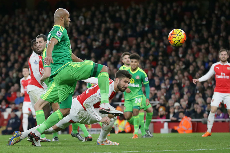 Arsenalu2019s Olivier Giroud, center, scores a goal during the English Premier League soccer match between Arsenal and Sunderland at the Emirates Stadium in London on Saturday Dec. 5, 2015. Photo: AP