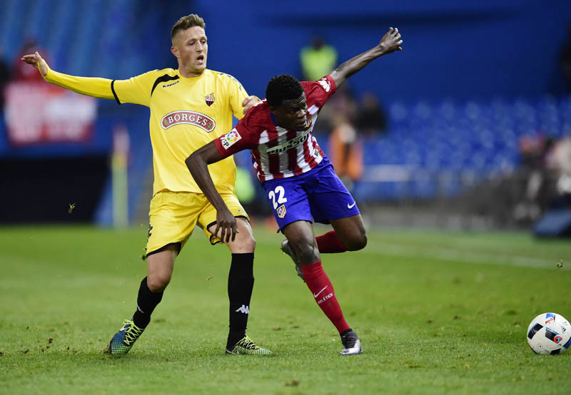 Atletico Madrid's Thomas Partey (right) vies for the ball with Reus Deportivo's Ismael Moyano during their Copa del Rey match at the Vicente Calderon Stadium in Madrid on Thursday. Atletico won the match 1-0. Photo: AFP
