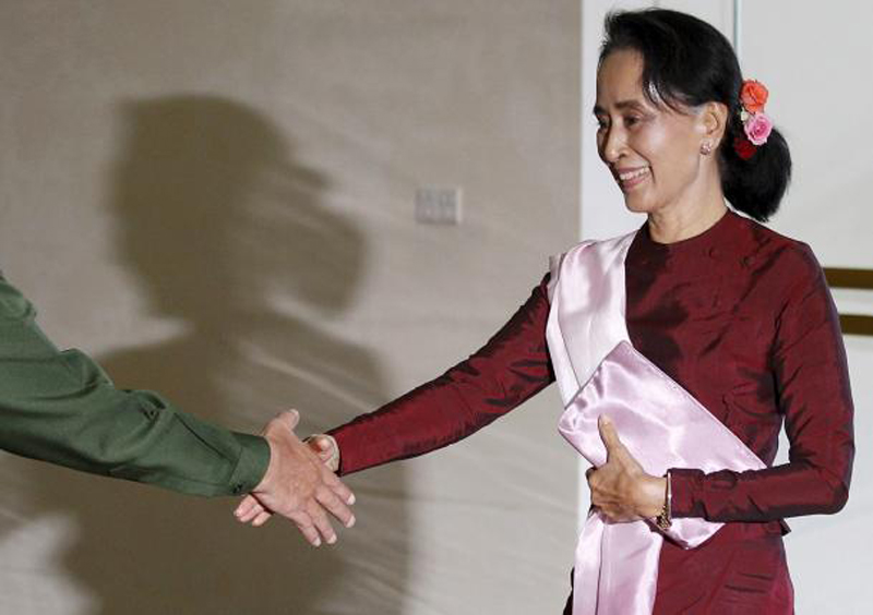 National League for Democracy (NLD) party leader Aung San Suu Kyi shakes hands with Myanmar's Commander-in-Chief Min Aung Hlaing before their meeting in Naypyitaw December 2, 2015. Photo: Reuters