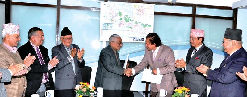Bank of Kathmandu's Chairman Satya Narayan Manandhar (left) and Lumbini Banku0092s Chairman Prakash Shrestha exchanging an MoU on merger of the two banks, in Kathmandu, on Thursday. Photo: THT