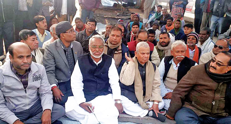 United Democratic Madhesi Front leaders Mahanta Thakur and Rajendra Mahato among others staging a sit-in at Meteri Bridge, in Birgunj, on Wednesday, December 16, 2015. Photo: THT n