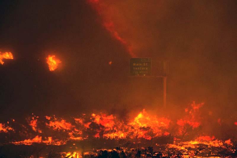 A fire overruns the state Highway 101 near Ventura, California, on Saturday, December 26, 2015. Photo: Diego Topete via AP