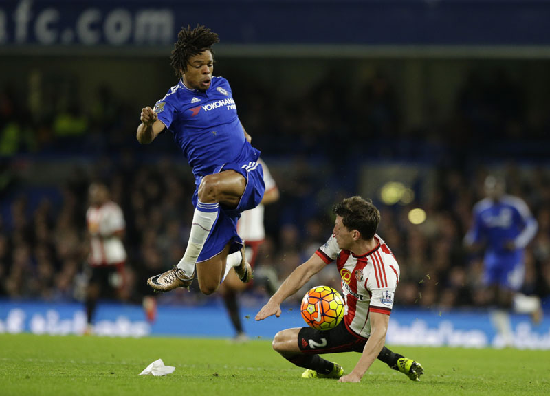 Chelsea's Loic Remy (left) competes for the ball with Sunderland's Billy Jones during the English Premier League soccer match between Chelsea and Sunderland at Stamford Bridge stadium in London on Saturday, December 19, 2015.  Photo: AP