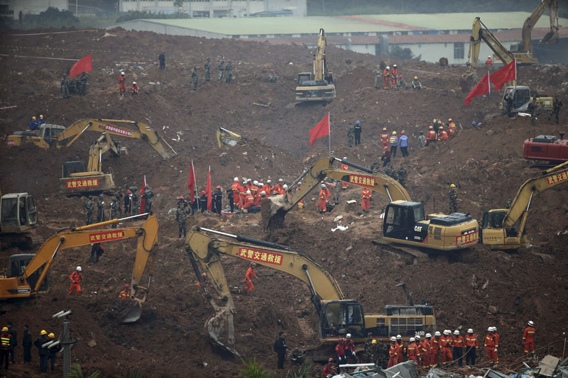 Rescuers use machinery to search for potential survivors following a landslide in Shenzhen, in south China's Guangdong province on Monday, December 21, 2015. Photo: AP