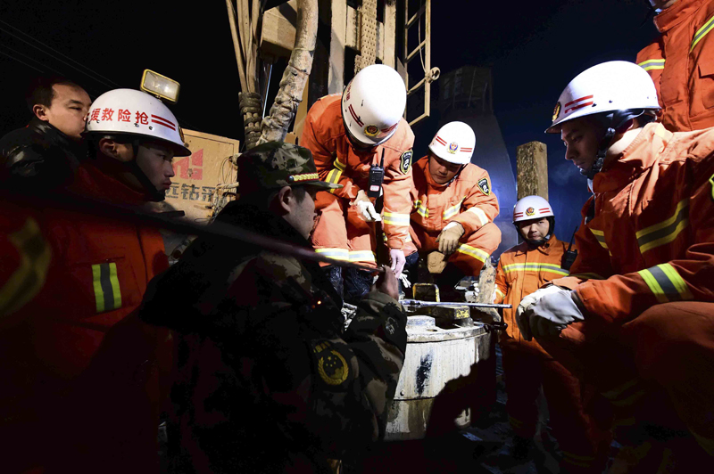 Rescuers try to contact the trapped people at a collapsed mine in Pingyi County, east China's Shandong Province on December 28, 2015. Photo: Xinhua via AP
