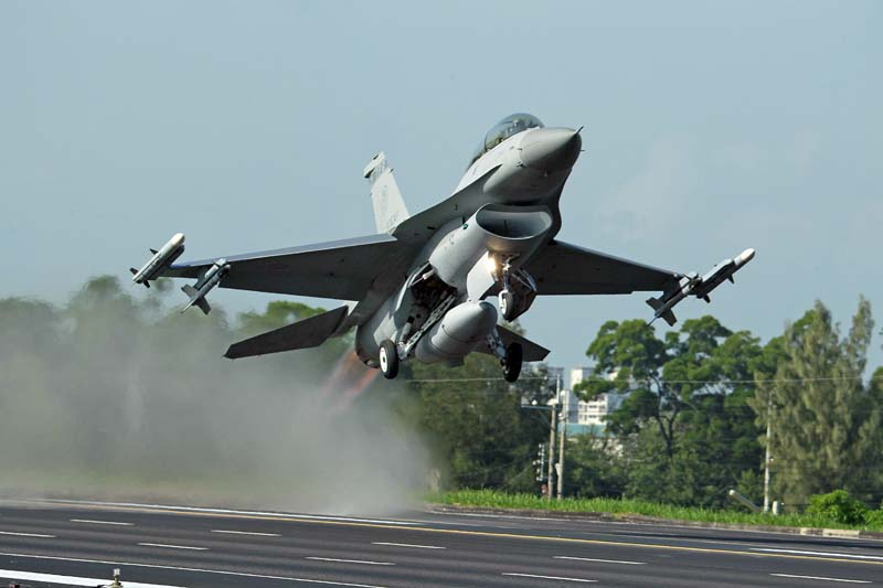 A Taiwan Air Force F-16 fighter jet takes off from a closed section of highway during the annual Han Kuang military exercises in Chiayi, central Taiwan on September 16, 2014. Photo: AP/ File