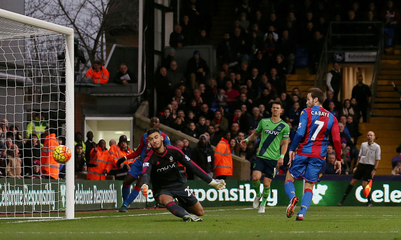 Crystal Palace's Yohan Cabaye (right) puts the ball past Southampton goalkeeper Paulo Gazzaniga to score his side's first goal during their English Premier League soccer match at Selhurst Park, London on Saturday, December 12, 2015. Photo: AP