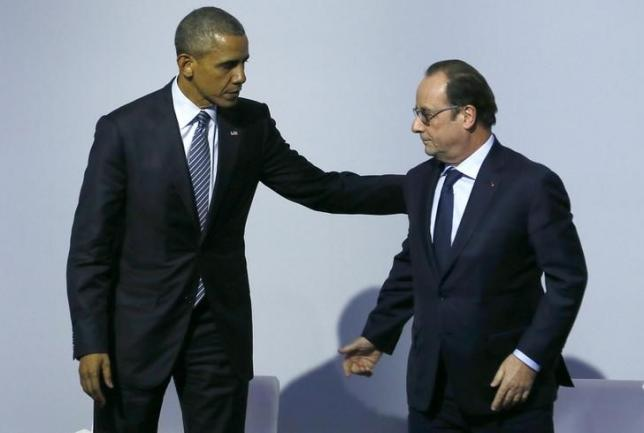 French President Francois Hollande (R) and U.S. President Barack Obama speak as they attend a meeting to launch the 'Mission Innovation: Accelerating the Clean Energy Revolution' at the World Climate Change Conference 2015 (COP21) in Le Bourget, near Paris, France, November 30, 2015. REUTERS/Ian Langsdon/Pool