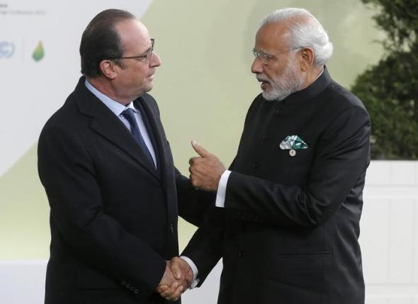 French President Francois Hollande (L) welcomes India's Prime Minister Narendra Modi as he arrives for the opening day of the World Climate Change Conference 2015 (COP21) at Le Bourget, near Paris, France, November 30, 2015. REUTERS/Christian Hartmann