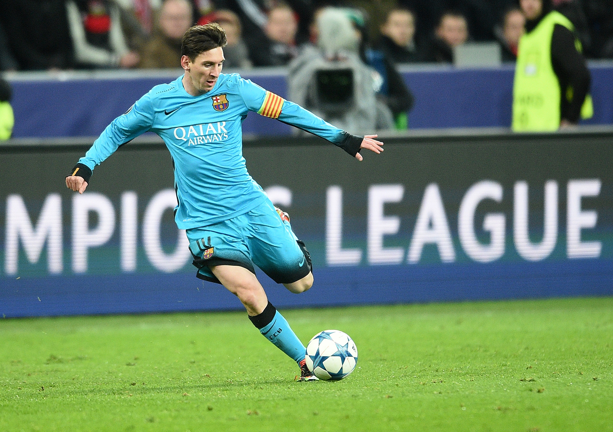 Barcelona's Lionel Messi kicks the ball during the Champions League Group E soccer match between Bayer Leverkusen and FC Barcelona in Leverkusen, western Germany, Wednesday, Dec. 9, 2015. Photo: AP