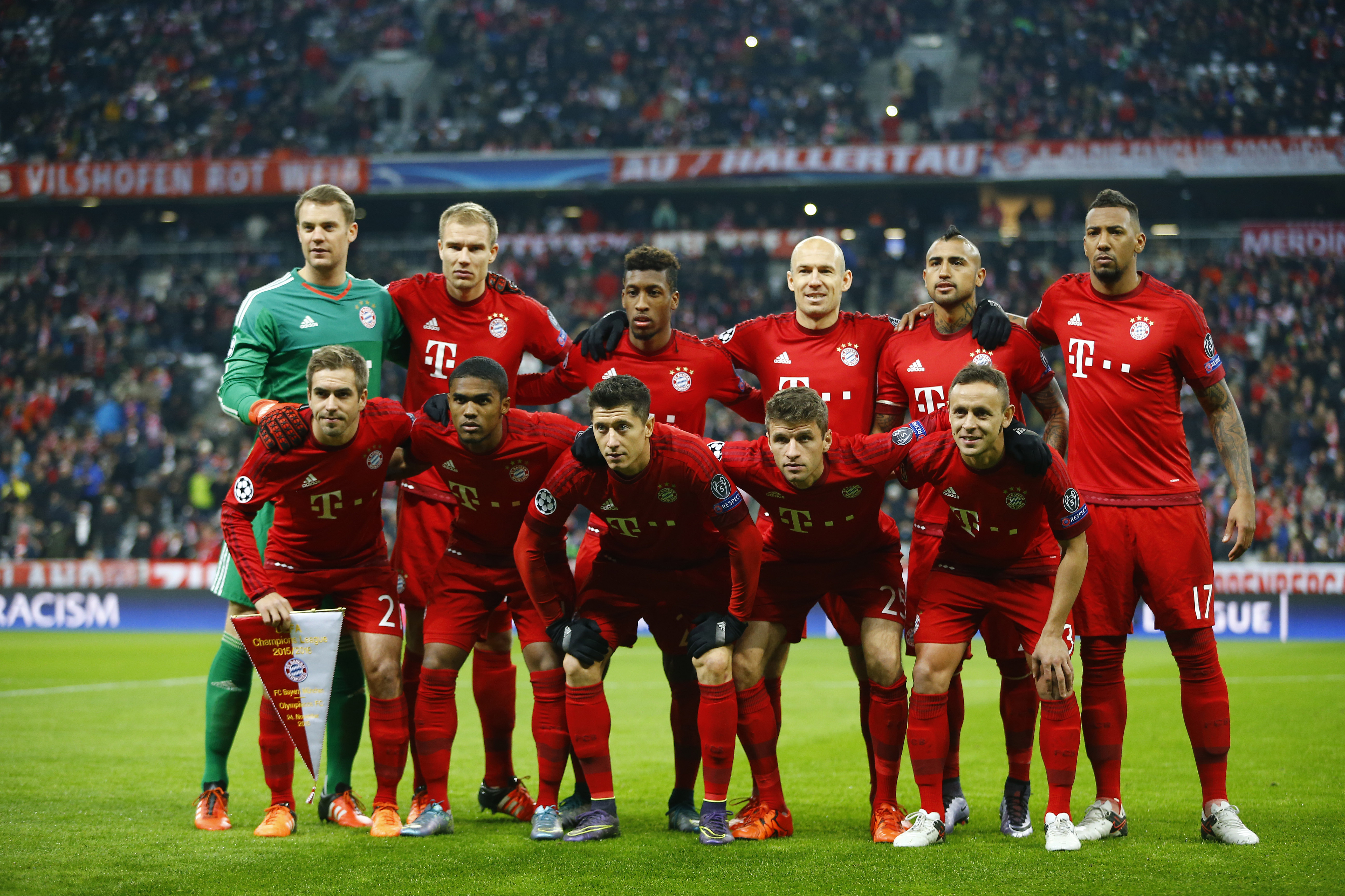 Bayern's  front row from left to right,  Philipp Lahm,  Douglas Costa, Robert Lewandowski, Thomas Mueller, Rafinha and back row from left to right goalkeeper Manuel Neuer, Holger Badstuber , Kingsley Coman, Arjen Robben, Arturo Vidal and Jerome Boateng, pose prior the start of the Champions League Group F soccer match between FC Bayern Munich and Olympiakos Piraeus in Munich, Germany, Tuesday November 24, 2015. Photo: AP