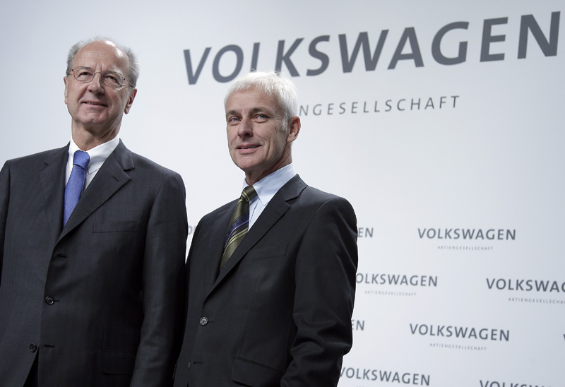Hans Dieter Poetsch, chairman of the board of directors of Volkswagen, left, and Matthias Mueller, CEO of Volkswagen, right, pose for the media prior to a press conference of the German car manufacturer Volkswagen in Wolfsburg, Germany, Thursday, Dec. 10, 2015. Photo: AP