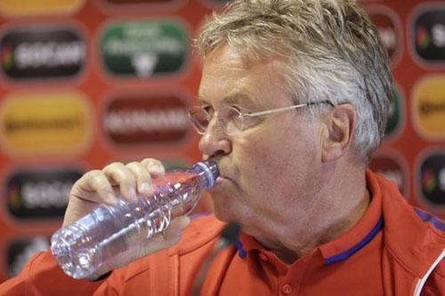 Netherlands' soccer team coach Guus Hiddink drinks water before a news conference in Riga, Latvia, June 11, 2015. Photo: Reuters