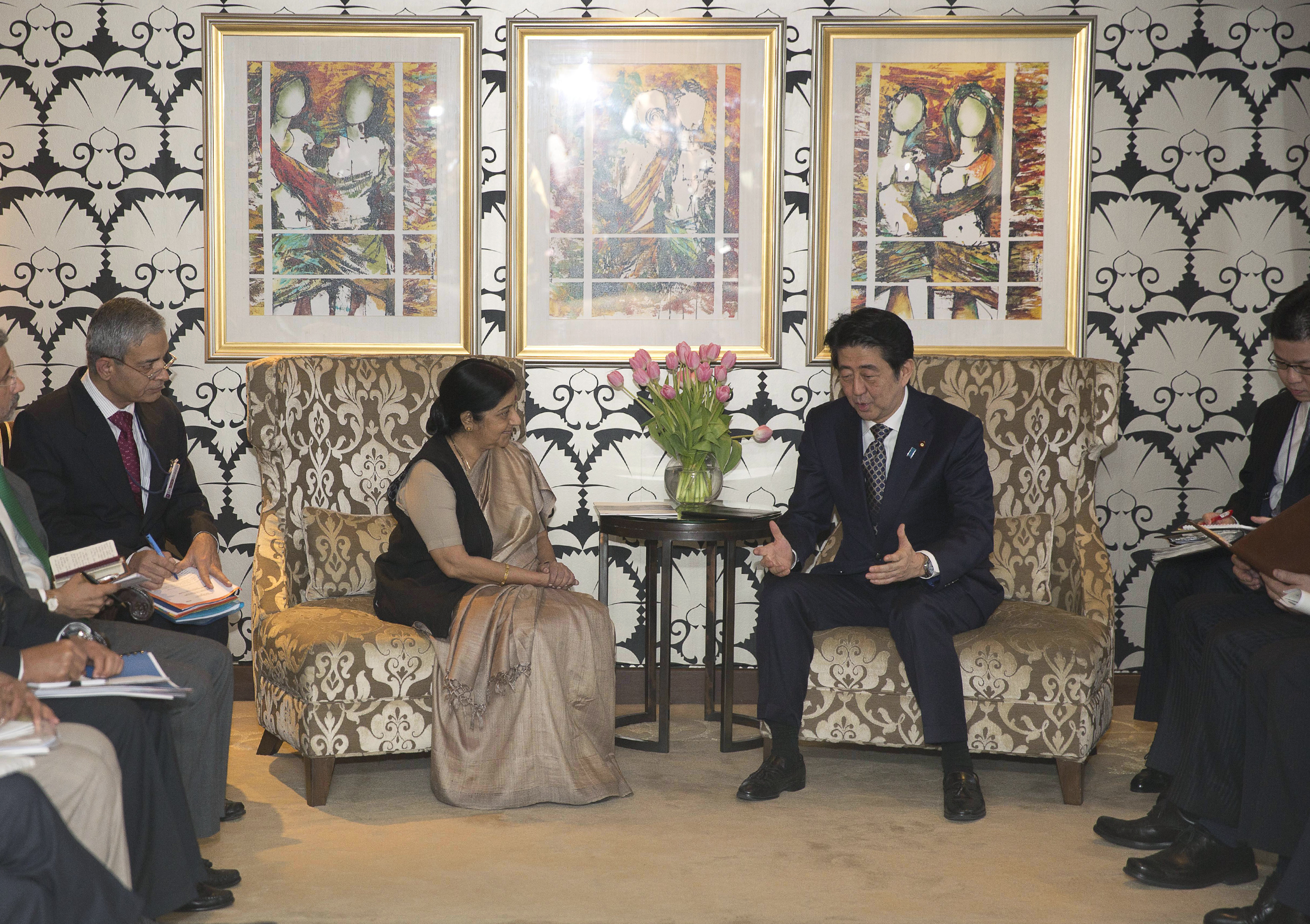Japanese Prime Minister Shinzo Abe, center right, talks with Indian Foreign Minister Sushma Swaraj, center left, in New Delhi, India Friday, Dec. 11, 2015. Photo: AP