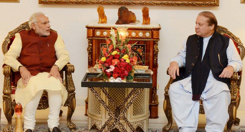 Pakistani Prime Minister Nawaz Sharif (right) talks with his Indian counterpart Narendra Modi in Lahore, Pakistan, on December 25, 2015. Photo: Reuters