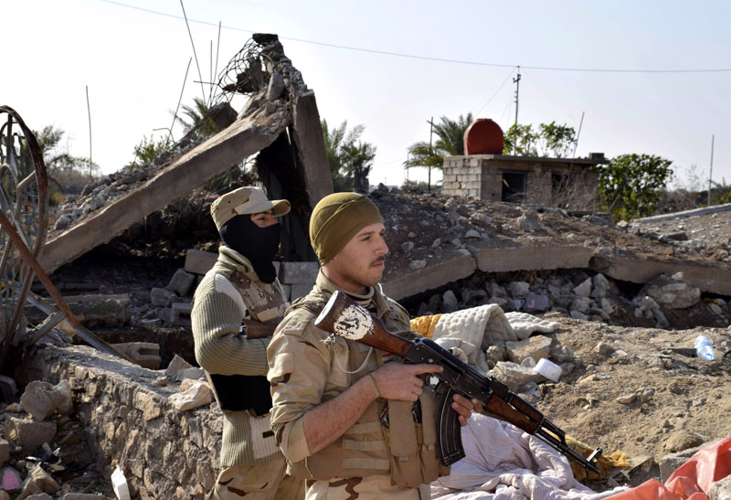 Iraqi soldiers advance their position in northern Ramadi, 70 miles (115 kilometers) west of Baghdad, Iraq on Monday, December 21, 2015. Photo: AP