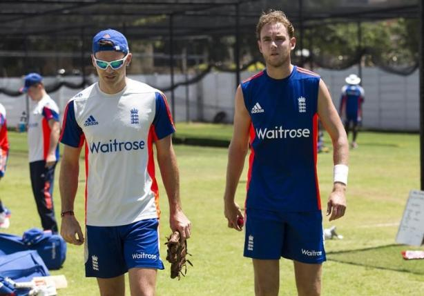 England's James Anderson (L) who is injured talks with Stuart Broad during a training session in Durban, South Africa, December 24, 2015. Photo: Reuters