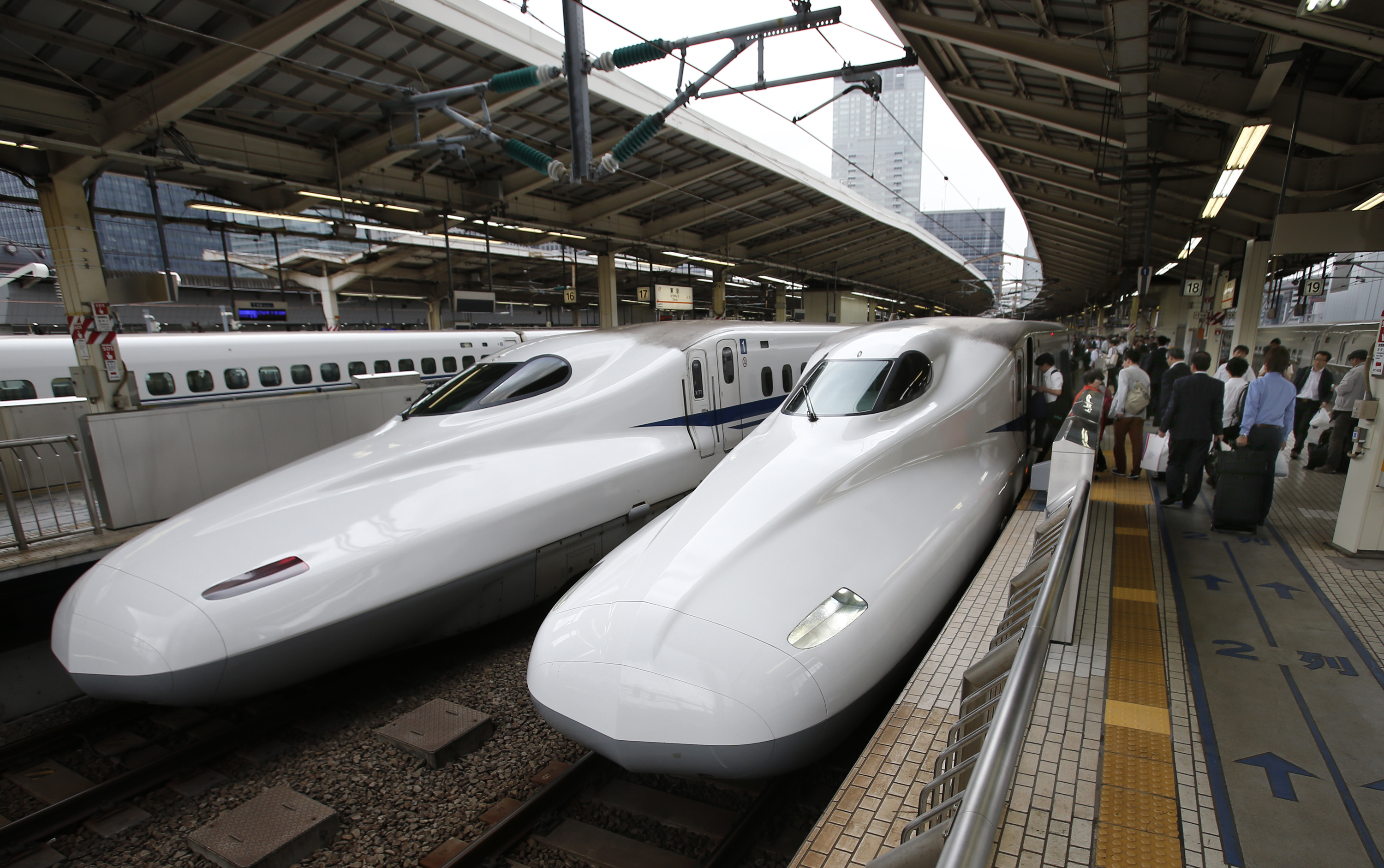 FILE - In this Sept. 24, 2014 filephoto, passengers get on the Shinkansen high-speed train at Tokyo station in Tokyo. Photo: AP
