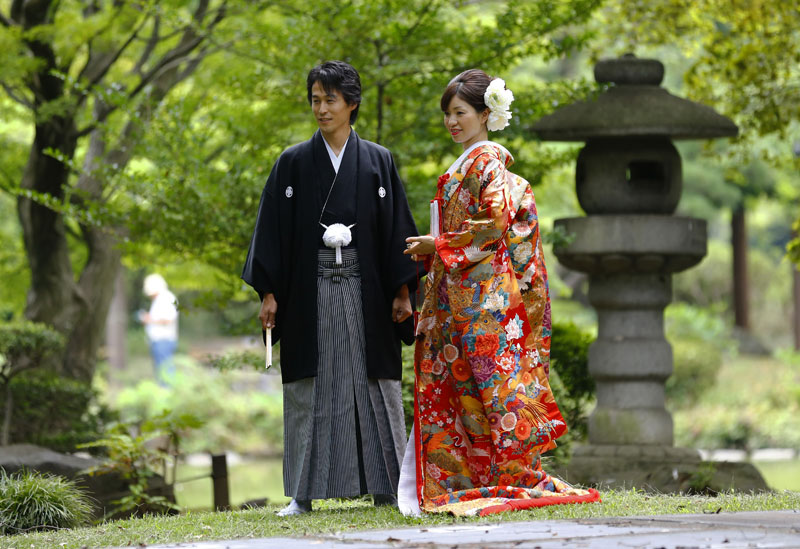 A couple dressed in Japanese traditional wedding Kimonos pose for a wedding photograph at Hibiya park in Tokyo on August 12, 2015. Photo: AP