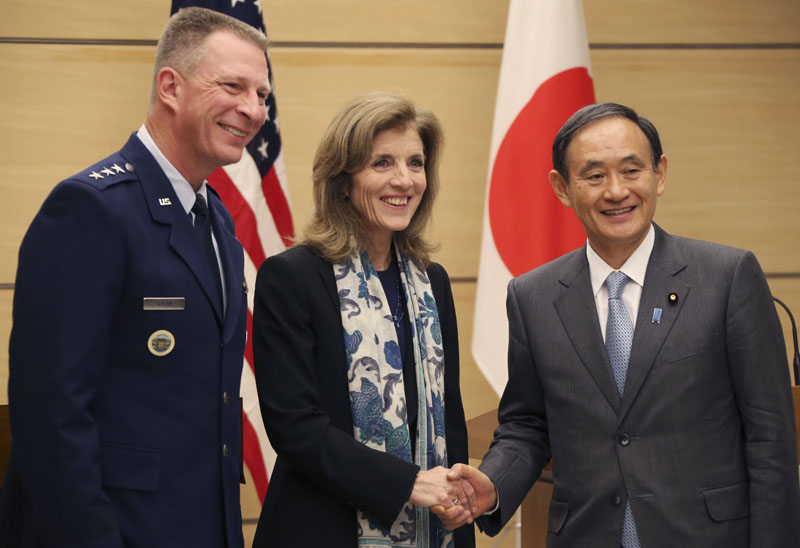 US Ambassador to Japan Caroline Kennedy, center, accompanied by Lt. Gen. John Dolan, (left), commander of US Forces Japan, shakes hands with Japanese Chief Cabinet Secretary Yoshihide Suga after their joint press conference at Japan's Prime Minister's official residence in Tokyo. Photo: AP/File