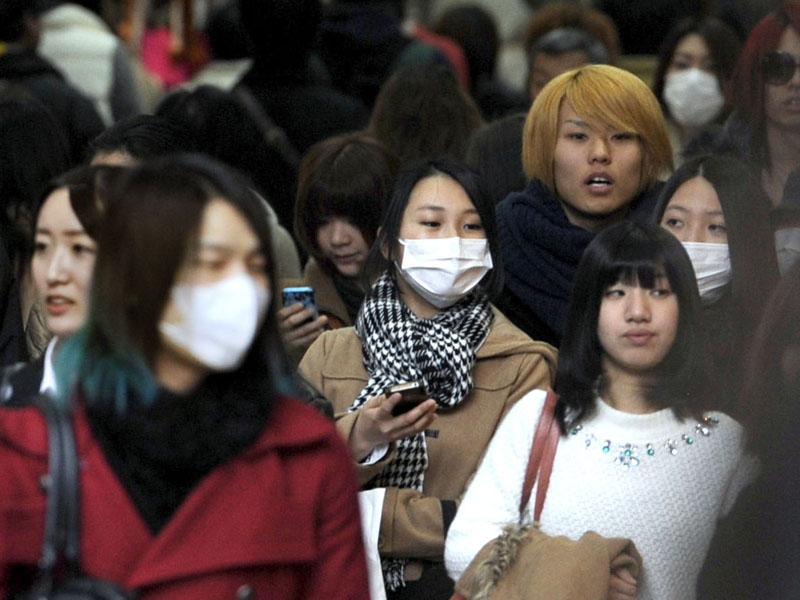 People in the western Japanese city of Osaka, some 2,250 kilometers (1,400 miles) southeast of Beijing, wear masks as the city is shrouded in dense smog, a day after parts of northern China suffered a sixth straight day of severe pollution when the readings of particulate matter known as PM2.5, a key measure of pollution reached 104 micrograms per cubic meter in Osaka in the morning February 26, 2014. The World Health Organisation considers 25 micrograms a safe level. The face masks, thick dark haze and pollution warnings plaguing residents of Chinau2019s capital this week once were a fact of life for people living in Japanu2019s biggest industrial cities. Photo: AP