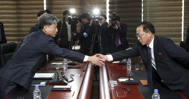 Hwang Boogi (left), South Korea's vice minister of unification and the head negotiator for high-level talks with North Korea, shakes hands with his North Korean counterpart Jon Jong Su (right) before their meeting at the Kaesong Industrial Complex in Kaesong, North Korea on Friday, December 11, 2015. North and South Korea on Friday held high-level talks at a North Korean border town, a small step meant to improve ties battered by a military standoff in August and decades of acrimony and bloodshed. Photo: AP
