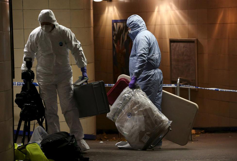 Police officers investigate a crime scene at Leytonstone underground station in east London, Britain December 6, 2015. Photo: Reuters