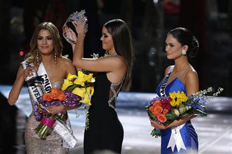 Former Miss Universe Paulina Vega, center, removes the crown from Miss Colombia Ariadna Gutierrez, left, before giving it to Miss Philippines Pia Alonzo Wurtzbach, right, at the Miss Universe pageant on Sunday, Dec. 20, 2015, in Las Vegas. Photo: AP