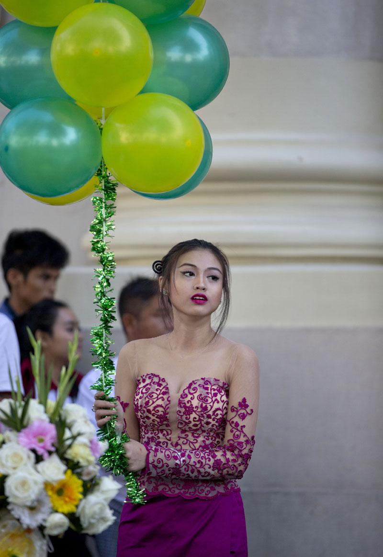 A Myanmar usher holds balloons ahead of the opening ceremony of the Yangon Stock Exchange in Yangon, Myanmar on Wednesday, December 9, 2015. Photo: AP