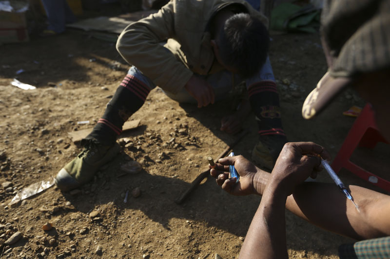 Two miners inject heroin at a mine dump at a Hpakant jade mine in Kachin state, Myanmar November 29, 2015. Photo: Reuters