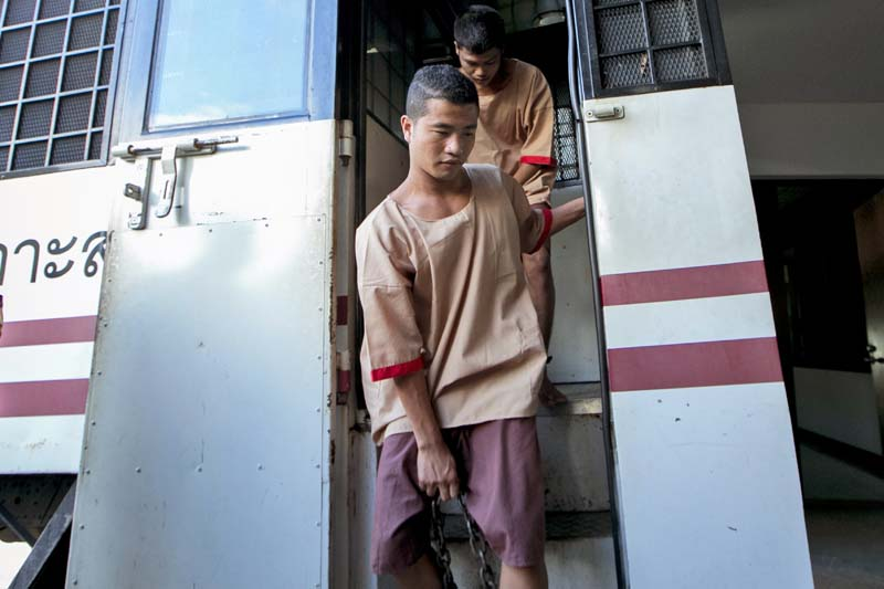 Myanmar migrants Win Zaw Htun, front, and Zaw Lin, both 22, arrive at court in Koh Samui, Thailand, on Thursday, December 24, 2015. Photo: AP