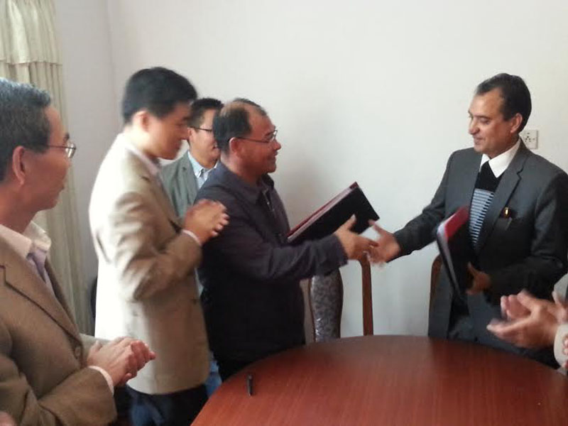 Laxman Bahadur Basnet, Executive Director of NITDB (right) shaking hands with nARDITAR Chairman Fu Zhenghao after exchanging the agreement that was signed to prepare detailed design of Timure ICD, in Kathmandu, on Friday. Photo: THT