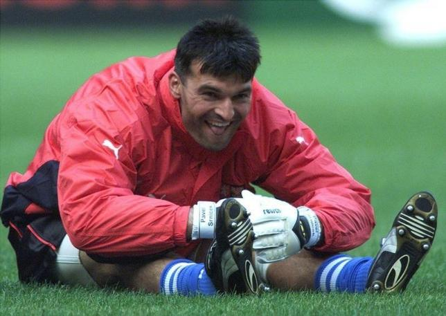 File photo of Czech goalkeeper Pavel Srnicek warms-up during a training session of the Czech soccer team at Amsterdam Arena on June 10. Photo: Reuters