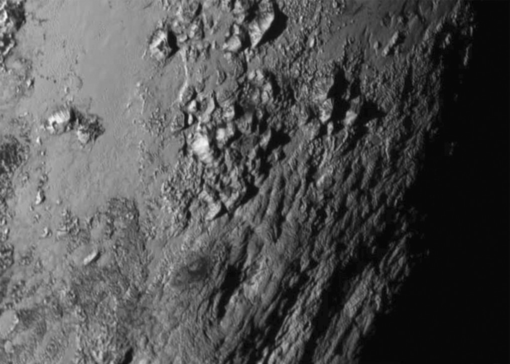 A new close-up image of a region near Pluto's equator reveals a range of youthful mountains rising as high as 11,000 feet (3,500 meters) above the surface of the icy body, in a picture released by NASA in Laurel, Maryland July 15, 2015. Photo: Reuters