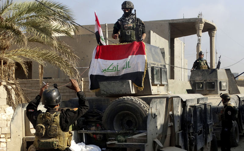 Iraqi security forces surround the government complex in central Ramadi, 70 miles (115 kilometers) west of Baghdad in Iraq on Monday, December 28, 2015. Photo: AP
