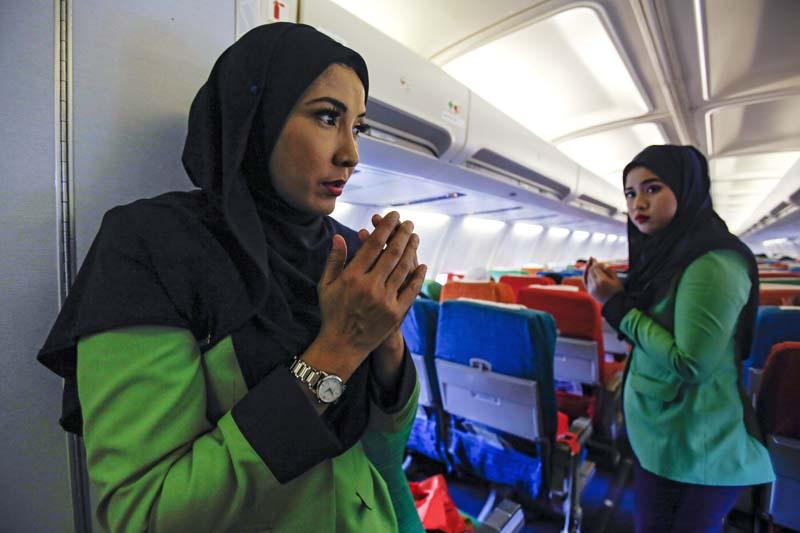 Rayani Air flight crews prays before departure at Kuala Lumpur International Airport 2 in Sepang, Malaysia, on December 22, 2015. Photo: AP