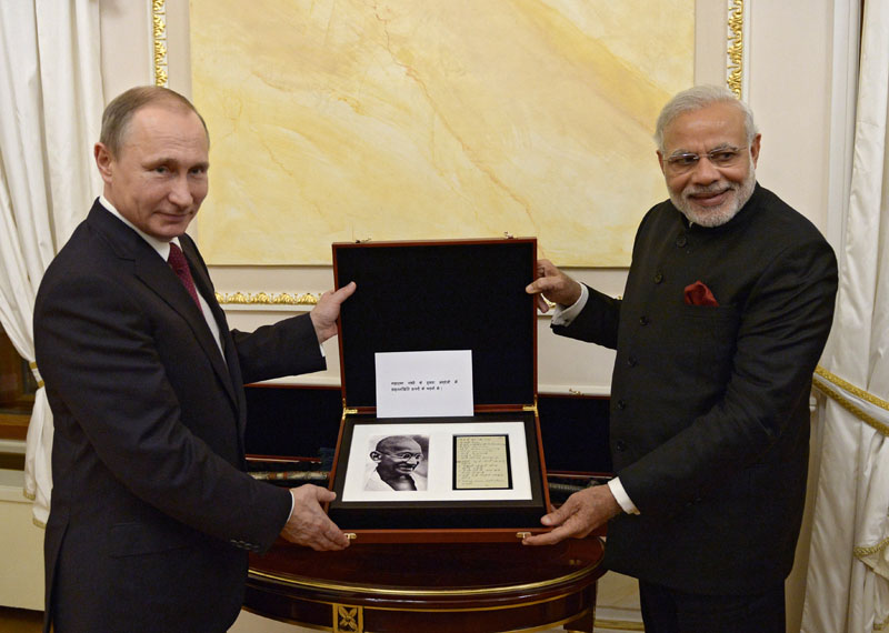 Russian President Vladimir Putin, left, and Indian Prime Minister Narendra Modi pose for a photo while exchanging official gifts during their meeting in the Kremlin in Moscow on December 23, 2015. Photo: AP