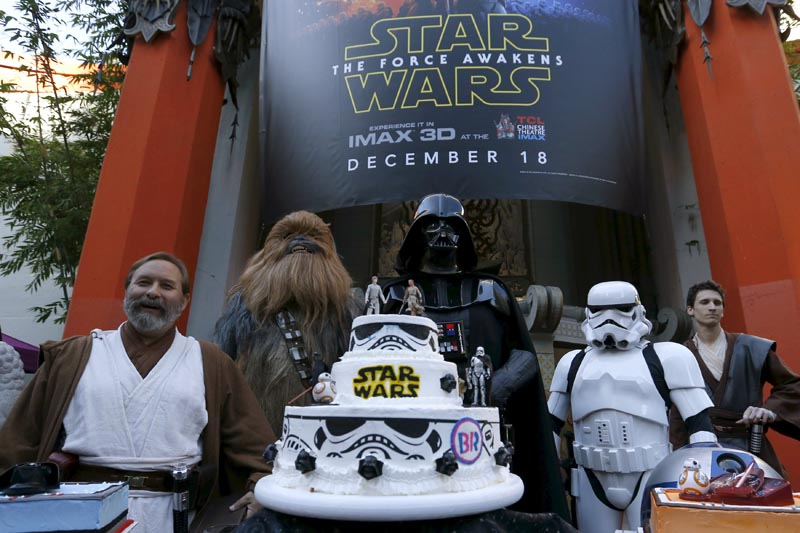 People dressed as characters from Star Wars stand behind a wedding cake in the forecourt of the TCL Chinese Theatre in Hollywood, California December 17, 2015. Photo: Reuters