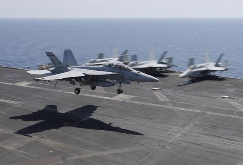 A F/A-18E/F Super Hornets of Strike Fighter Attack Squadron 211 (VFA-211) lands on the flight deck of the USS Theodore Roosevelt (CVN-71) aircraft carrier in the Gulf June 18, 2015. Photo: Reuters