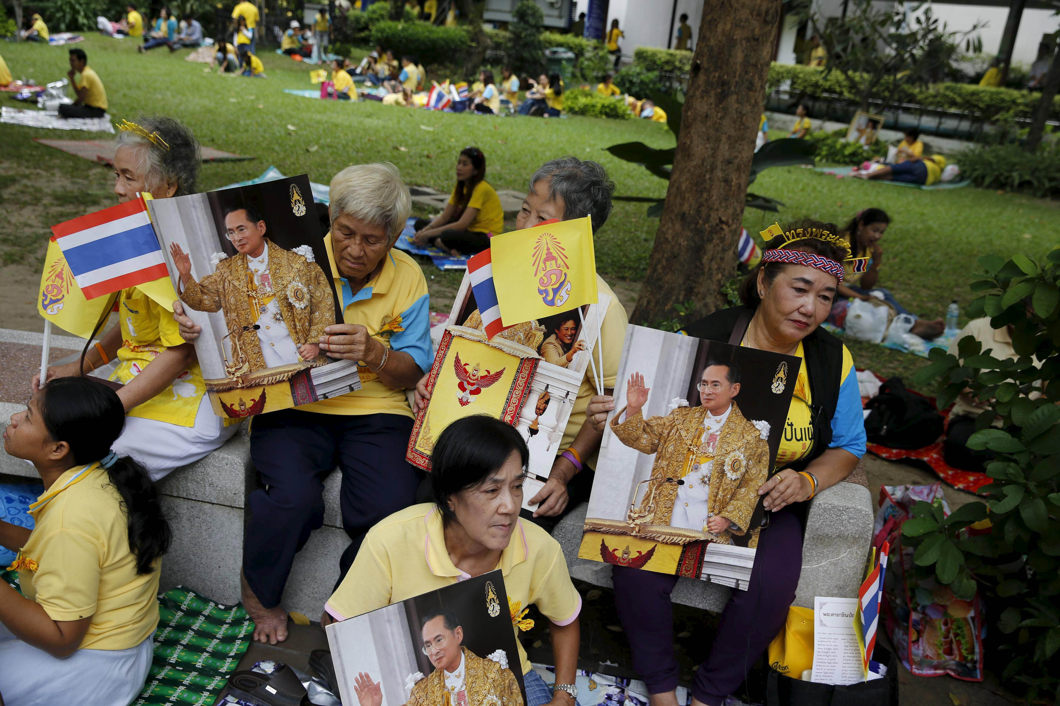 Supporters of Thai King Bhumibol Adulyadej sit outside Siriraj hospital, where a group has gathered to mark his 88th birthday, in Bangkok December 5, 2015. Photo: Reuters