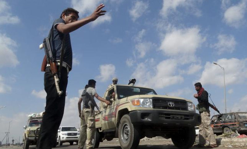 Members of the pro-government Popular Committees militia man a checkpoint at an entrance of Yemen's southern port city of Aden on December 3, 2015. Photo: Reuters