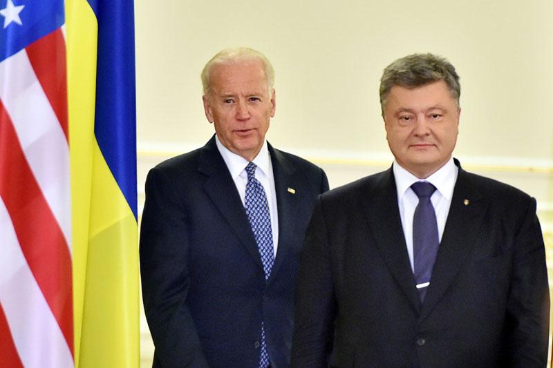 Ukraine's President Petro Poroshenko (right) and US Vice President Joe Biden arrive to deliver a statement on the results of talks in Kiev, Ukraine Monday, December 7, 2015. Photo: AP