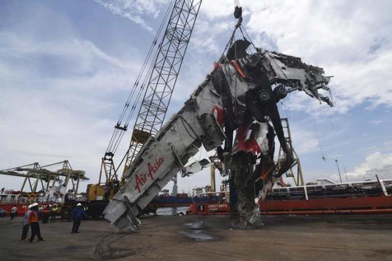 Workers unload the fuselage of AirAsia QZ8501, which crashed into the Java Sea on Dec. 28, from the ship Onyx Crest in Tanjung Priok port in Jakarta March 2, 2015. Photo: Reuters