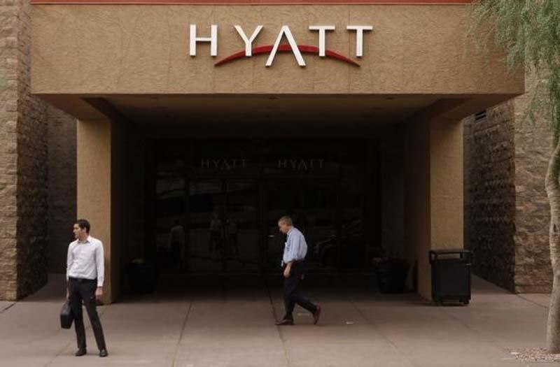 People are seen outside the Hyatt Hotel in Phoenix, Arizona November 4, 2009. Photo: Reuters/ File