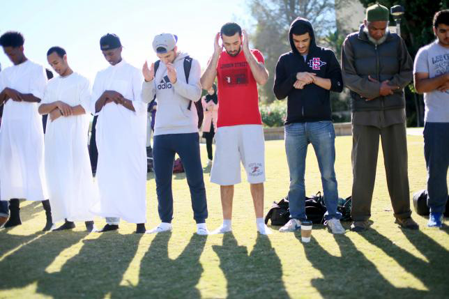 Muslim students pray before at a rally against Islamophobia at San Diego State University in San Diego, California, November 23, 2015. Photo: Reuters